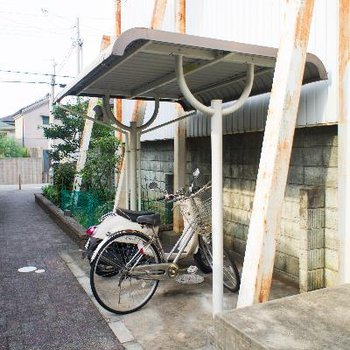駐輪スペースは屋根付き。
