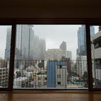 窓の外は新宿のタワーが!