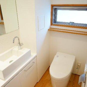 トイレには専用お手洗いと窓も。