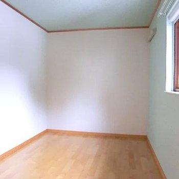 こちら子供部屋。クロスの色が可愛いんです。