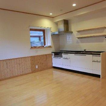 キッチン、実際見ると、もっとおおきい♪
