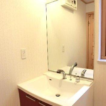 赤の洗面台!ウッドと赤って似合うんですよねぇ♪
