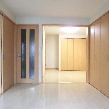 その洋室は更に奥の洋室とつながってます。