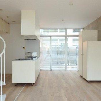 ホワイトのキッチンとコンクリのおしゃれな空間※写真は同タイプの別部屋