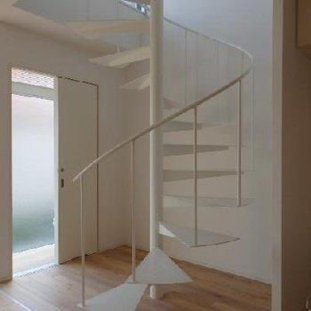 螺旋階段。これがあるだけでなんとおしゃれなのか。※写真は同タイプの別部屋