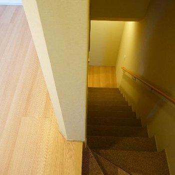 階段を下って地下へ!