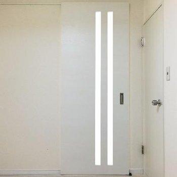玄関を入ったキッチンスペース。スライドドアで居室と区切れます