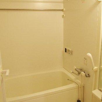 バスルームはオールホワイト。