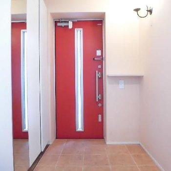 赤いドアがインパクト大