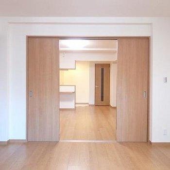 《洋室側から》仕切りドアはこれが最大の開き具合です。※写真はどう間取りの別室