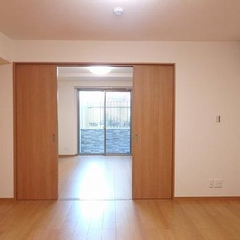 《キッチン側から》光が差し込んできますね。※写真はどう間取りの別室