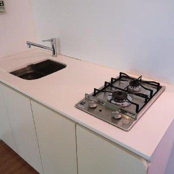 キッチンはシンプルに2口ガスコンロ。