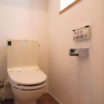 トイレは小窓付き!