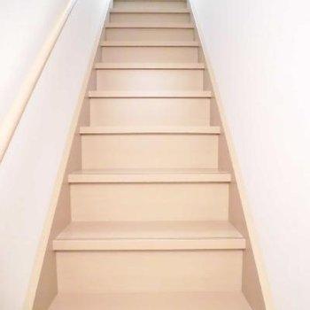 階段を降りて玄関へ