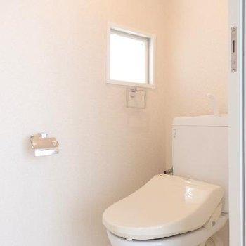 トイレには可愛い窓が2つ