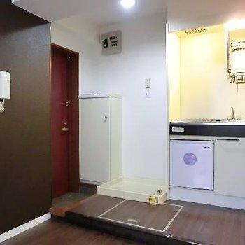 キッチンは、下に小さな冷蔵庫付き。その横に洗濯機置き場。