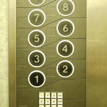 エレベーターは暗証番号入れないと動きません。