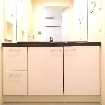 大きな洗面台!ここで着替えられる広さがあります