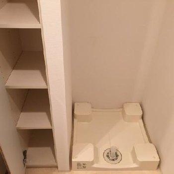 横に収納棚と洗濯機置場があります!