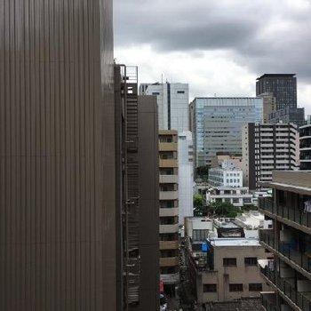 都会の中にあります。窓を開けると電車の音など聞こえます