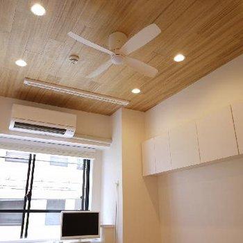 天井が木調なのでなんとなく落ち着きます。ファンも雰囲気がでますね。