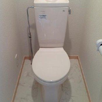 トイレも清潔感バッチリ!棚も便利です。