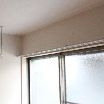 室内干し用フック付き。雨の日にも便利。