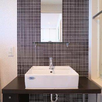 タイル張りのシックな洗面台。※写真は別部屋です