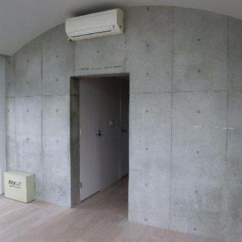 入り口。打ちっぱなしコンクリと、このアーチ型の天井がポイント。