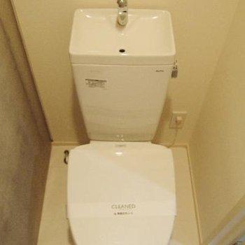 トイレは普通ですが、この上に木の棚が付いています◎