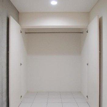 収納たっぷり。この部分だけ天井が低くなってます