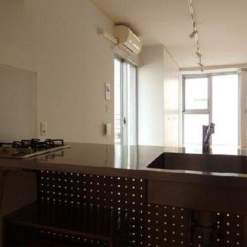 キッチンはメタリックでクールなデザイン※画像別室
