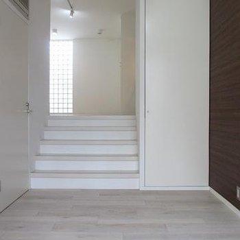 リビングから階段をくだり寝室へ※別部屋