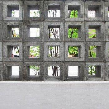 人目が気にならないような造りになっています。ブロック塀なのもおしゃれ。※1階の別部屋