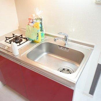 キッチンのさし色の赤も良い雰囲気♪