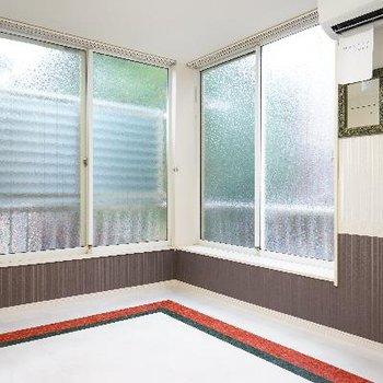 大きな窓の2面採光で明るい室内♪
