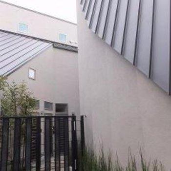 外観はモノトーンで屋根が特徴的です