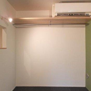 床はダークグレーの絨毯です。※写真は別部屋