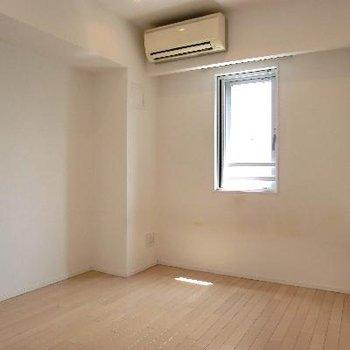 寝室は窓が小さめ。