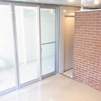 壁の一部は、ブロックで装飾されています。ブルックリンスタイルみたい。※写真は別のお部屋です