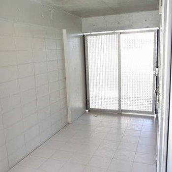 床はタイル張りに※写真は別のお部屋です