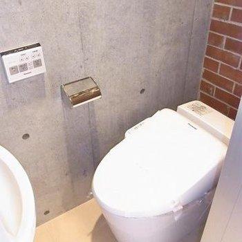トイレと洗面所。ウォシュレット付き。※写真は別のお部屋です