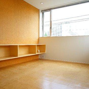 壁に収納棚が設置されています!