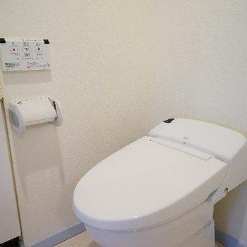 トイレはタンクレスで機能的!※写真は別部屋