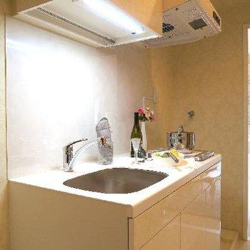 キッチンも清楚なホワイト。
