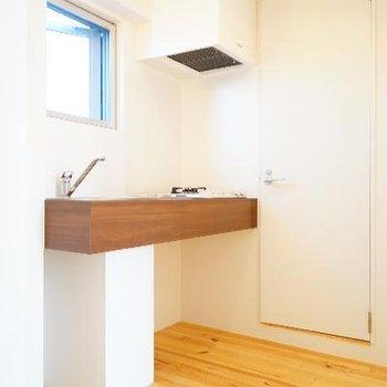 玄関はいってキッチンです。※写真は別部屋です