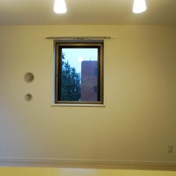 キッチン側の窓越しに。※写真は同間取りの別部屋です。