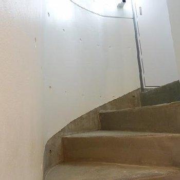 お部屋までのらせん階段。ぐるぐる。※写真は同間取りの別部屋です。