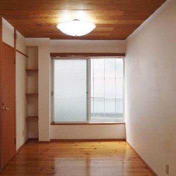 お部屋の両側に窓があります