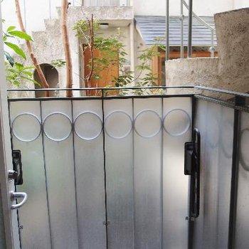 ミニマルサイズのバルコニーは中庭側に。
